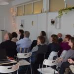 Lancering Academie voor de Ondernemer - Aanwezigen luisteren naar opening door wethouder
